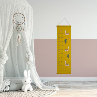 groeimeter lama okergeel sfeer meisjeskamer hiphuisje