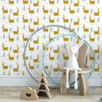 behang lama babykamer kinderbehang okergeel kinderkamer geel hiphuisje 2