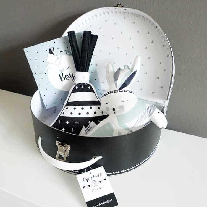 kraamcadeau kraamkado koffertje kraammand zelf samenstellen muziekdoosje knuffeltje babykamer hiphuisje