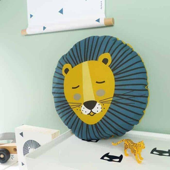 kussentje rond leeuw oker kinderkamer 2