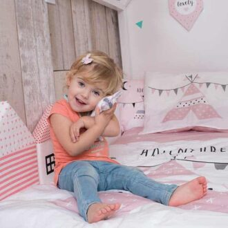 sfeerfoto dekbedovertrek tipi roze hiphuisje knuffelkonijntje junior dekbedovertrek peuter