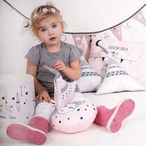 sfeerfoto meisjeskamer peuter kussentjes kinderkameraccessoires roze tipi eenhoorn hiphuisje