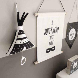 textielposter a superhero lives here muziekdoosje tipi zwartwit hiphuisje
