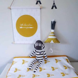 textielposter okergeel littleadventurer muziekdoosje aankleedkussenhoes tipi babykamer trend hiphuisje