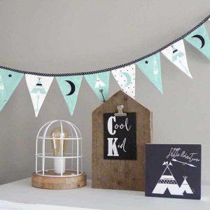 vlaggenlijn groen zachtgroen tipi decoratie zwartwit kinderkamer hiphuisje