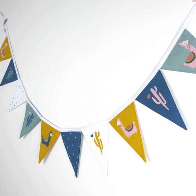 vlaggenlijn lama okergeel blauw groen vrolijke kinderkamerinspiratie hiphuisje 2