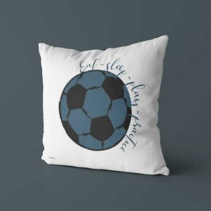 Kussen blauw voorzijde voetbal kinderkamer hiphuisje