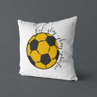 Kussen okergeel voorzijde voetbal kinderkamer hiphuisje