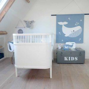 kinderkamer wit lichtblauw babykamer sfeer walvis oceaan wandkleed