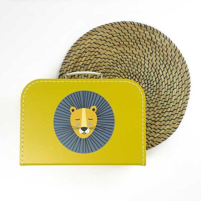 koffertje okergeel leeuw kinderkamer hiphuisje