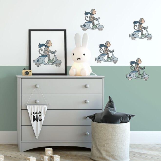 muurstickers aapje op een scooter hiphuisje